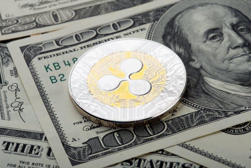 Χρυσό και ασημένιο νόμισμα - crypto κυματισμών νόμισμα Εικονικό νόμισμα στο λογαριασμό εκατό δολαρίων στοκ φωτογραφία