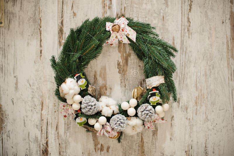 Χρυσό και ασημένιο στεφάνι Χριστουγέννων σφαιρών διακοσμήσεων στοκ φωτογραφίες