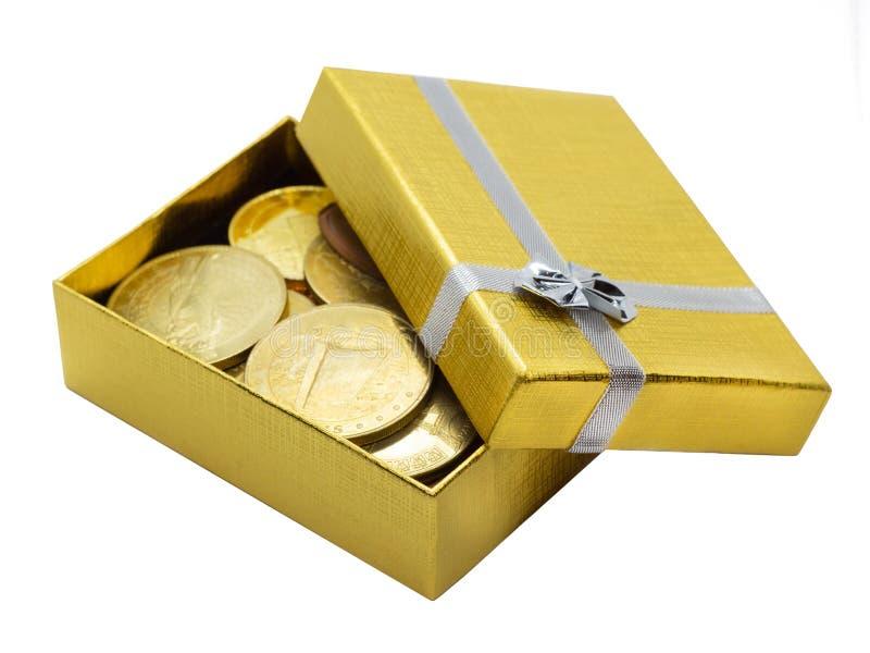 Χρυσό κιβώτιο δώρων με τα χρυσά νομίσματα στοκ φωτογραφίες
