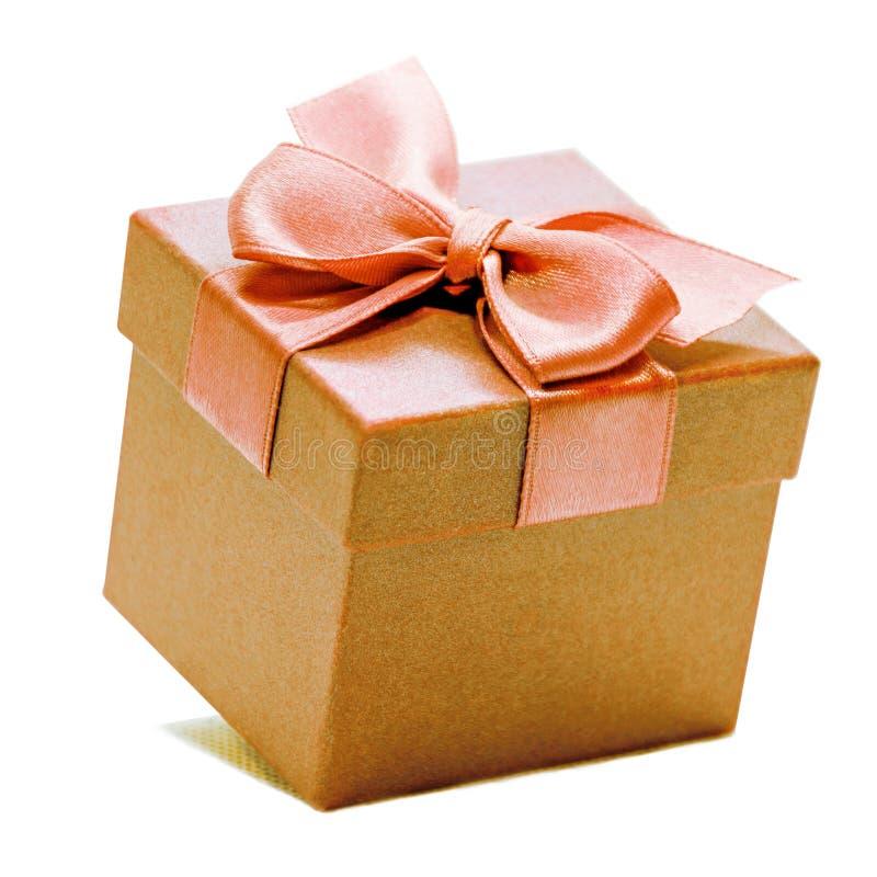 Χρυσό κιβώτιο δώρων με την κορδέλλα στοκ φωτογραφία με δικαίωμα ελεύθερης χρήσης