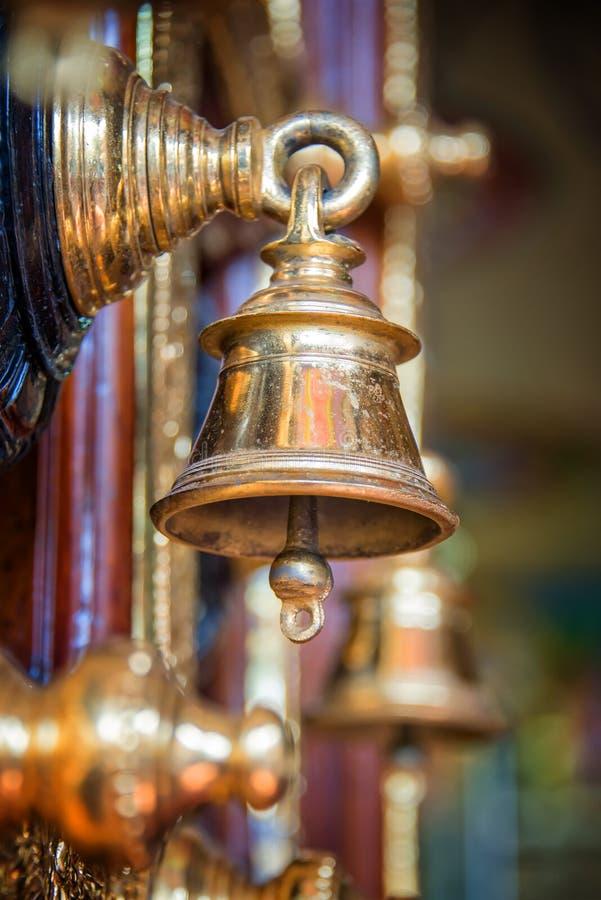 Χρυσό κουδούνι, λεπτομέρεια της πόρτας του ναού Sri Veeramakaliamman στη Σιγκαπούρη στοκ εικόνες