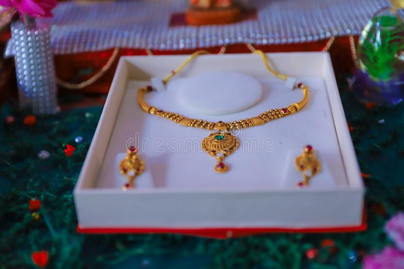 Χρυσό κόσμημα στο κιβώτιο, περιδέραιο στοκ εικόνα