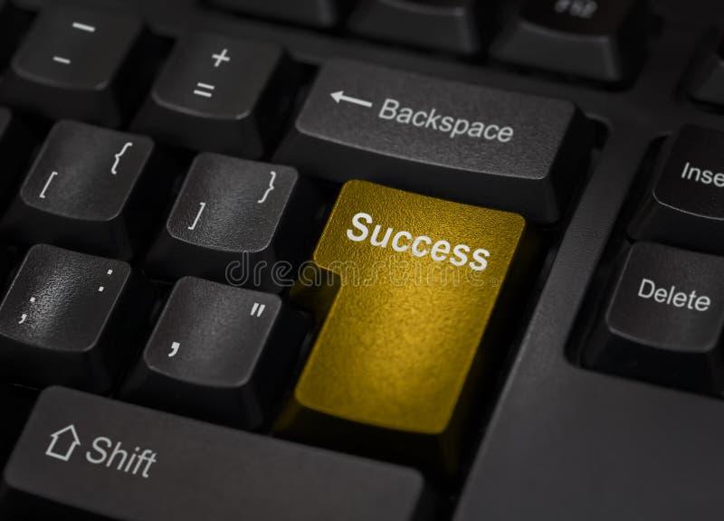 Χρυσό κλειδί υπολογιστών επιτυχίας στοκ εικόνες