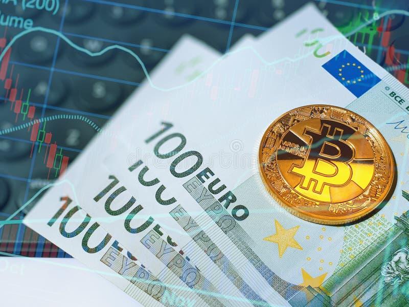 Χρυσό λαμπρό bitcoin και ευρο- τραπεζογραμμάτια στο πληκτρολόγιο υπολογιστών στοκ φωτογραφία