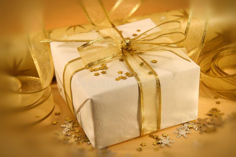 Download χρυσό λευκό στοκ εικόνα. εικόνα από εύθυμος, χριστούγεννα - 1528605