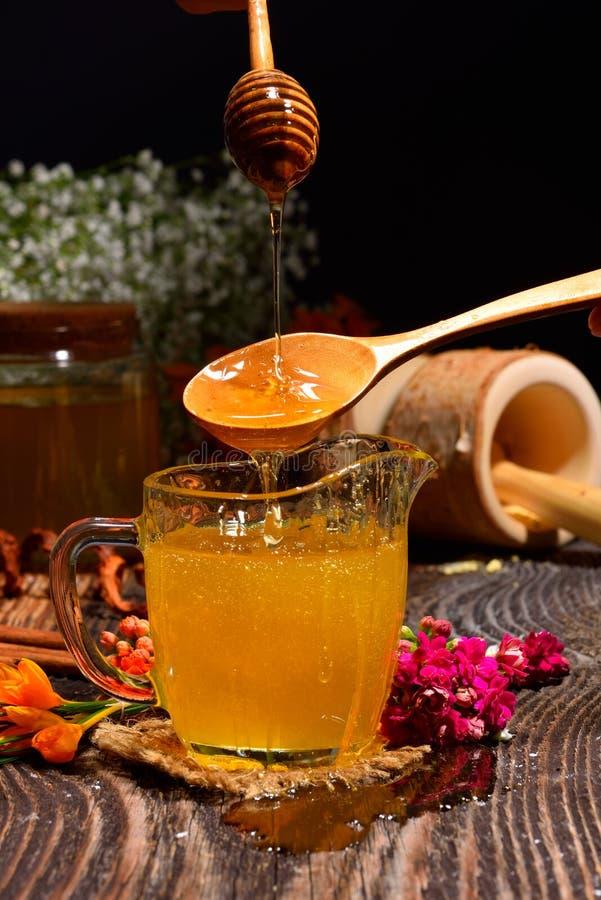 Χρυσό μέλι και ζωηρόχρωμα λουλούδια στοκ φωτογραφία με δικαίωμα ελεύθερης χρήσης