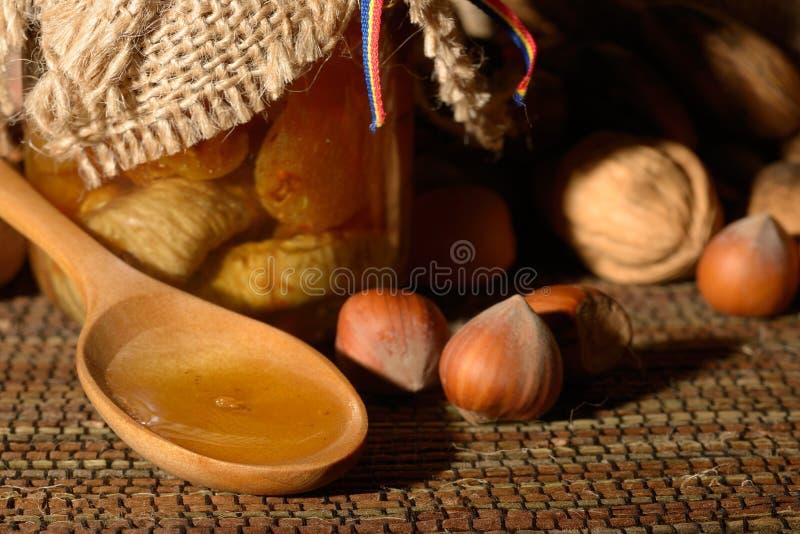Χρυσό μέλι με τα φρούτα στοκ φωτογραφία