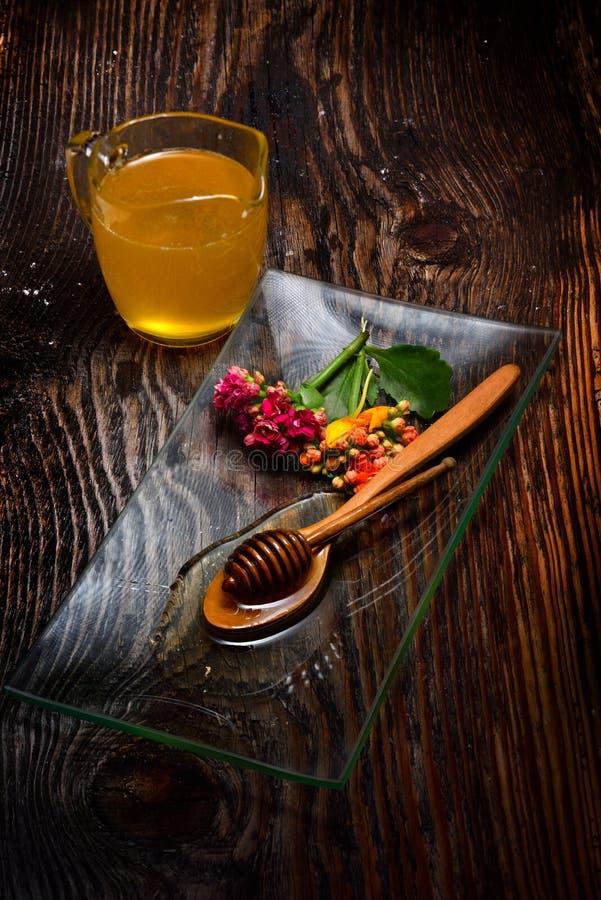 Χρυσό μέλι στο πιάτο στοκ εικόνες με δικαίωμα ελεύθερης χρήσης