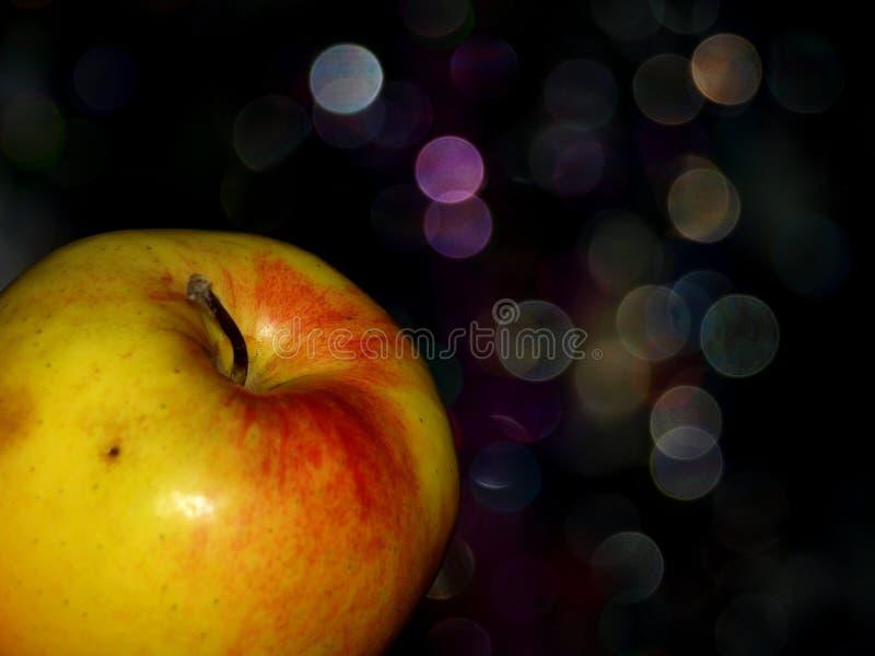 Χρυσό μήλο στο νέο δέντρο έτους στοκ εικόνα