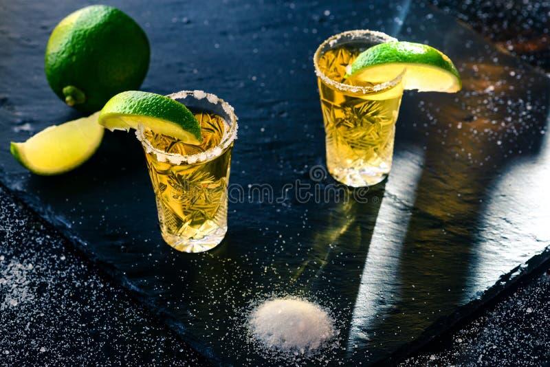 Χρυσό μεξικάνικο tequila με τον ασβέστη και το άλας στοκ εικόνα