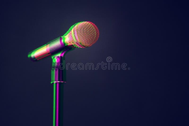 Χρυσό μικρόφωνο στη σκηνή σε ένα μαύρο υπόβαθρο Rgb μετατόπιση επίδρασης δυσλειτουργίας ψηφιακών σημάτων, φέτες Λάθος οθόνης στοκ εικόνες