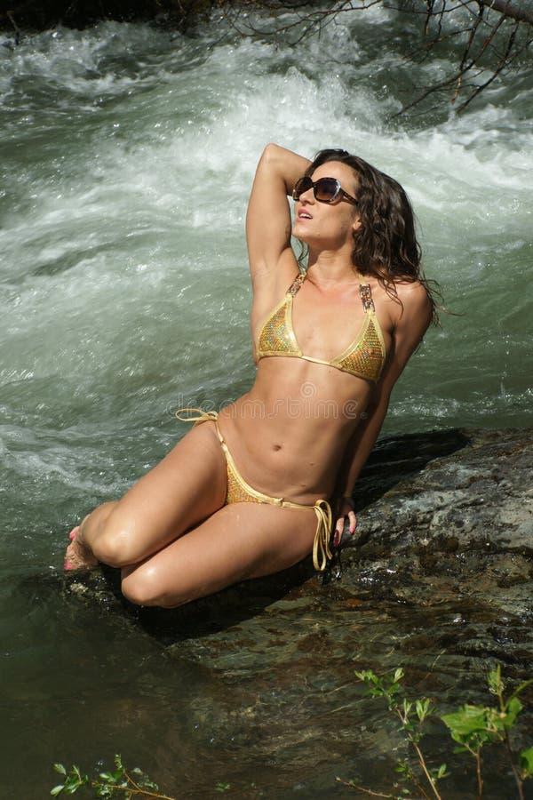 Χρυσό μπικίνι - γυναίκα ποταμών στοκ φωτογραφίες με δικαίωμα ελεύθερης χρήσης