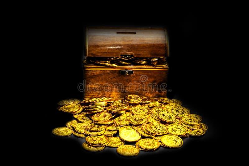 Χρυσό νόμισμα στο στήθος θησαυρών στο μαύρο υπόβαθρο στοκ εικόνες