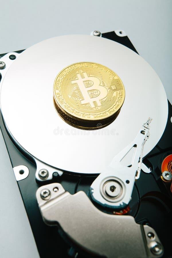Χρυσό νόμισμα bitcoin ενάντια στην κίνηση σκληρών δίσκων ελεύθερη απεικόνιση δικαιώματος