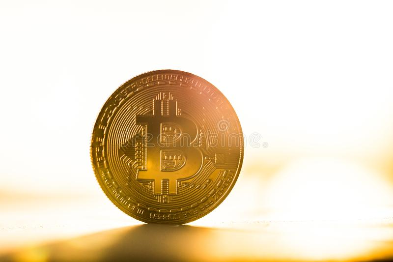 Χρυσό νόμισμα bitcoin που τοποθετείται στο άσπρο υπόβαθρο λαμβάνοντας υπόψη το ηλιοβασίλεμα Εικονικό σύμβολο νομίσματος στοκ εικόνες με δικαίωμα ελεύθερης χρήσης
