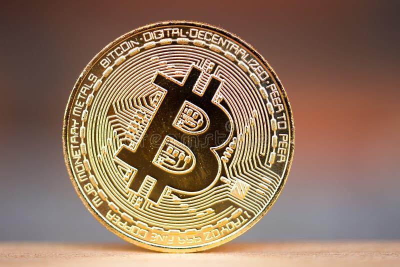 Χρυσό νόμισμα bitcoin που τοποθετείται στο ξύλινο γραφείο με το κόκκινο υπόβαθρο τούβλου Σύμβολο του εικονικού cryptocurrency στοκ φωτογραφία με δικαίωμα ελεύθερης χρήσης