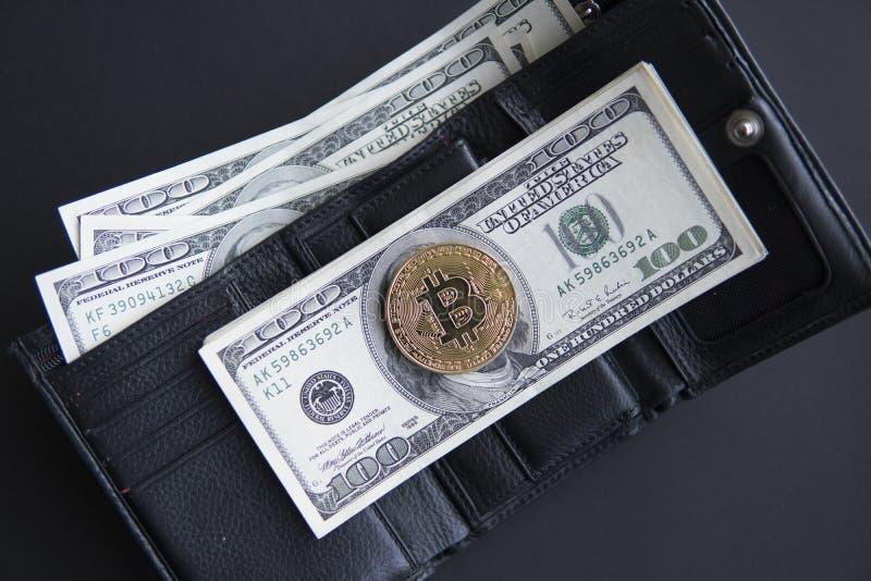 Χρυσό νόμισμα bitcoin σε μας εκατό δολάρια στο δέρμα ένα πορτοφόλι με το σύνολο των χρημάτων Κέρδος από crypto μεταλλείας τα νομί στοκ φωτογραφία με δικαίωμα ελεύθερης χρήσης