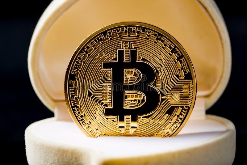 Χρυσό νόμισμα Bitcoin στο κιβώτιο γαμήλιων δαχτυλιδιών στο μαύρο κλίμα μαύρο στενό μαλακό επάνω λευκό μαξιλαριών μικροφώνων ακουσ στοκ φωτογραφίες