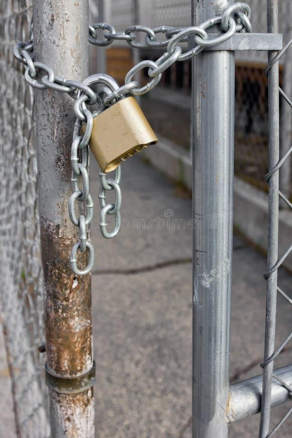 Χρυσό λουκέτο στο φράκτη Chainlink στοκ φωτογραφία με δικαίωμα ελεύθερης χρήσης