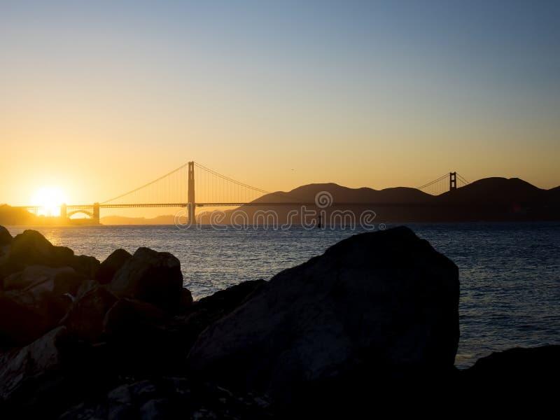 Χρυσό πανόραμα γεφυρών πυλών στο ηλιοβασίλεμα στοκ φωτογραφίες