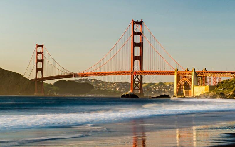 Χρυσό πανόραμα γεφυρών πυλών στο ηλιοβασίλεμα στοκ φωτογραφία