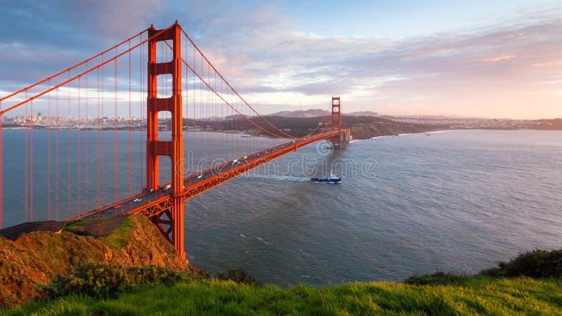 Χρυσό πανόραμα ηλιοβασιλέματος γεφυρών πυλών στοκ φωτογραφία με δικαίωμα ελεύθερης χρήσης