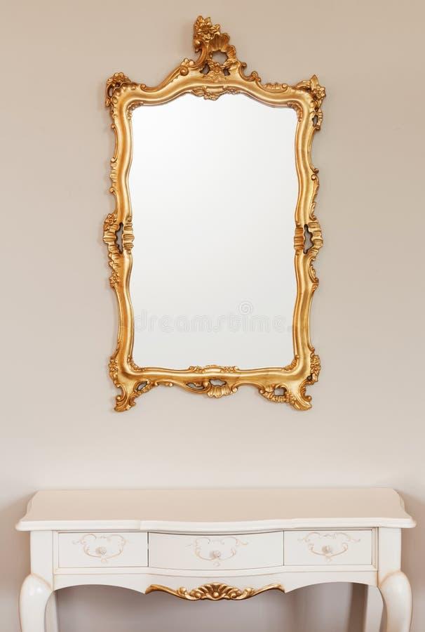 Χρυσό πλαίσιο καθρεφτών στοκ εικόνες με δικαίωμα ελεύθερης χρήσης