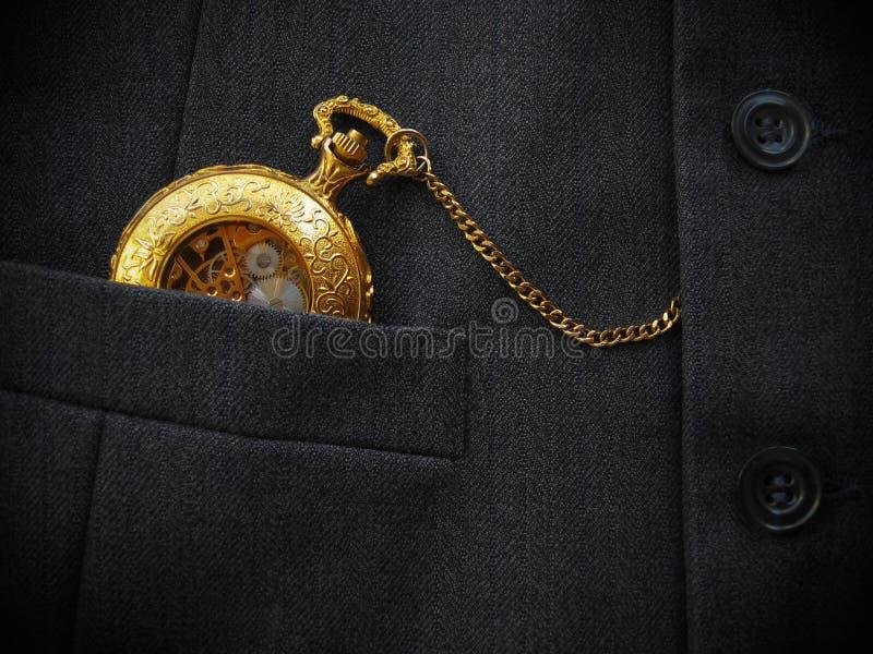 Χρυσό ρολόι τσεπών με το γιλέκο των μαύρων στοκ εικόνες
