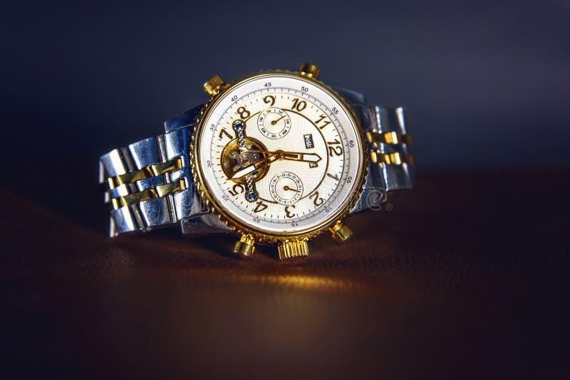 χρυσό ρολόι στοκ εικόνες