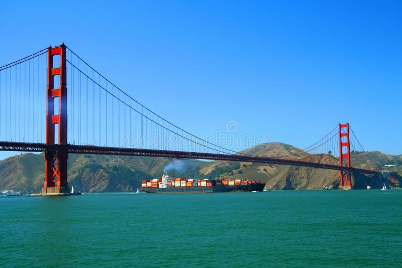 χρυσό σκάφος πυλών φορτίο&up στοκ φωτογραφία με δικαίωμα ελεύθερης χρήσης