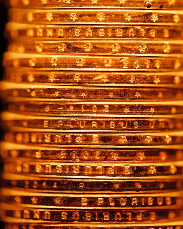Χρυσό σκηνικό σωρών νομισμάτων δολαρίων στοκ εικόνες