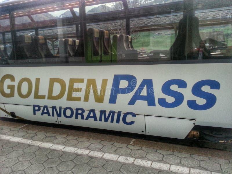 Χρυσό τραίνο περασμάτων στοκ εικόνες