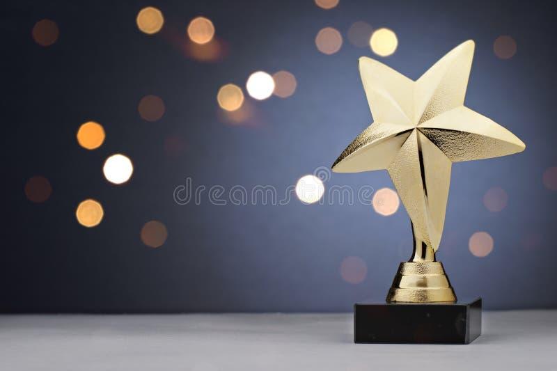 Χρυσό τρόπαιο αστεριών για έναν νικητή ή έναν πρωτοπόρο στοκ εικόνες με δικαίωμα ελεύθερης χρήσης