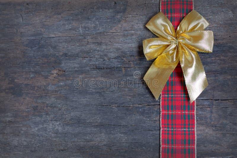 Χρυσό τόξο δώρων που απομονώνεται στοκ φωτογραφία με δικαίωμα ελεύθερης χρήσης
