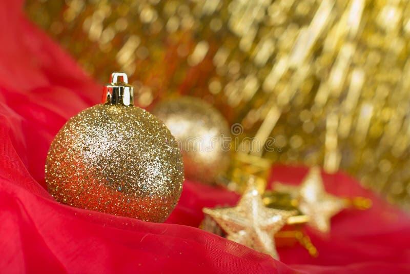 Χρυσό υπόβαθρο σφαιρών Χριστουγέννων στοκ φωτογραφία