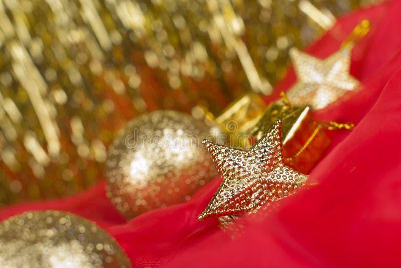 Χρυσό υπόβαθρο σφαιρών Χριστουγέννων στοκ φωτογραφία με δικαίωμα ελεύθερης χρήσης