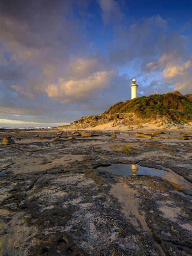 Χρυσό φως θερινού πρωινού στον επικεφαλής φάρο της Norah, Central Coast, NSW, Αυστραλία στοκ φωτογραφίες