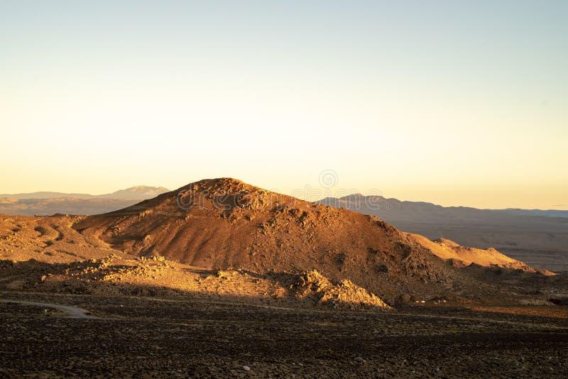 Χρυσό φως πρωινού στους κόκκινους γήινους λόφους, βουνά, ανατολική οροσειρά Nevadas, Καλιφόρνια στοκ εικόνα