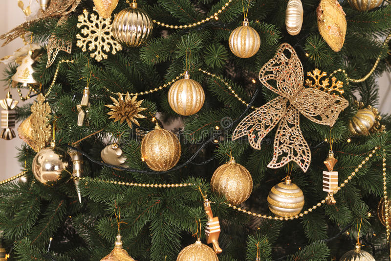 Χρυσό χρώμα παιχνιδιών Χριστουγέννων στο δέντρο στοκ εικόνες