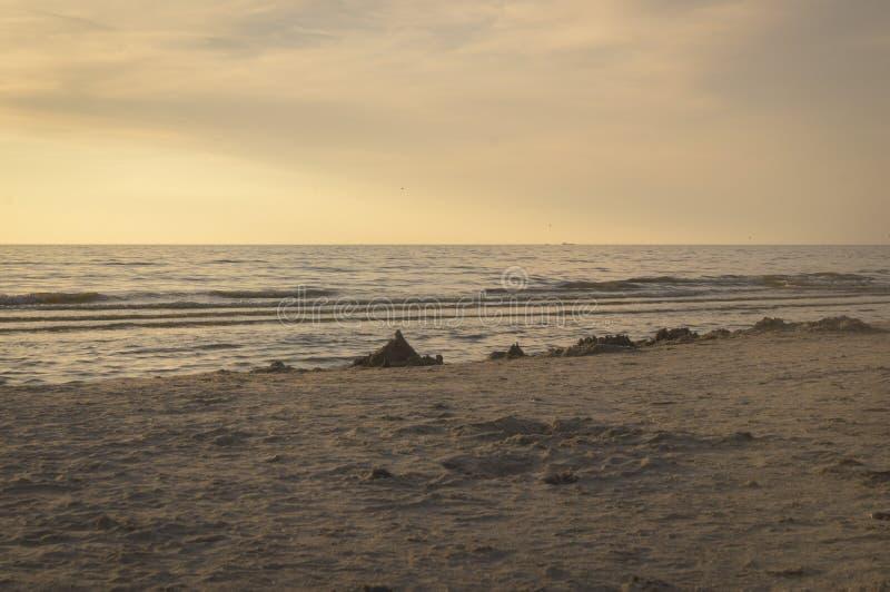 Χρυσό χρώμα της άμμου στο χρόνο ηλιοβασιλέματος στην παραλία στοκ εικόνες