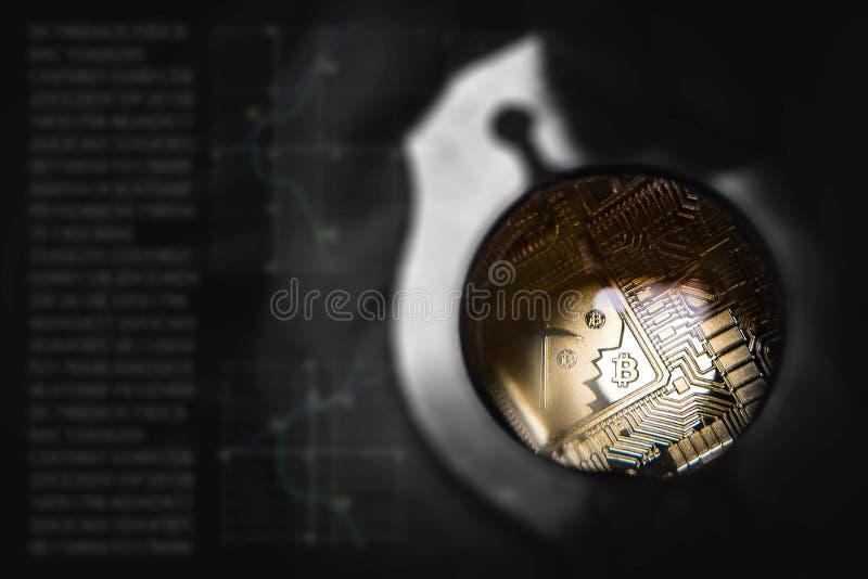 Χρυσό Bitcoin βρίσκεται σε ετοιμότητα ατόμων κάτω από το loupe στοκ εικόνες