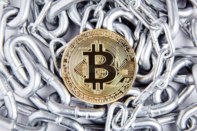 Χρυσό Bitcoin και ασημένια αλυσίδα Εικονικό νόμισμα νομίσματος στοκ φωτογραφίες με δικαίωμα ελεύθερης χρήσης