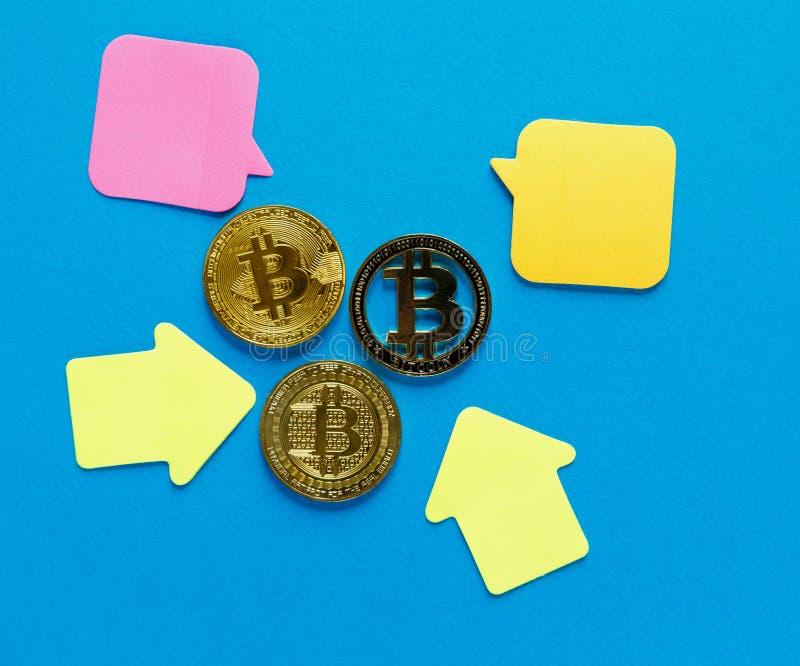 Χρυσό bitcoin με τα κίτρινα βέλη εγγράφου στο μπλε υπόβαθρο Ηλεκτρονικό εμπόριο Διαδικτύου, ασφάλεια, κίνδυνος, επένδυση, επιχειρ στοκ εικόνες