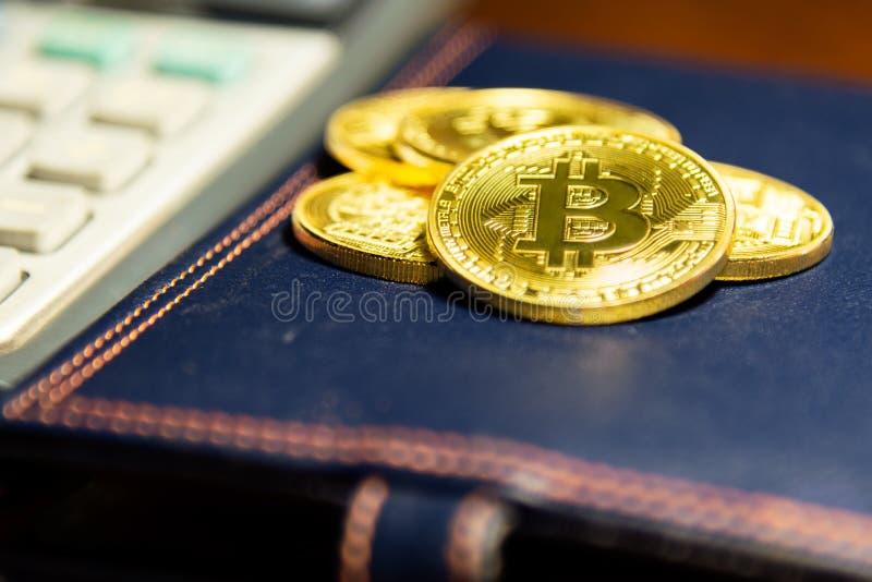 Χρυσό bitcoin στην κάλυψη βιβλίων δέρματος Εικονική έννοια cryptocurrency στοκ φωτογραφία με δικαίωμα ελεύθερης χρήσης