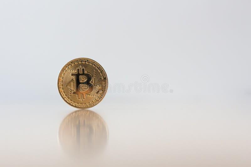 Χρυσό Bitcoin στον πίνακα με μια αντανακλαστική επιφάνεια του bitcoin, γ στοκ εικόνα με δικαίωμα ελεύθερης χρήσης