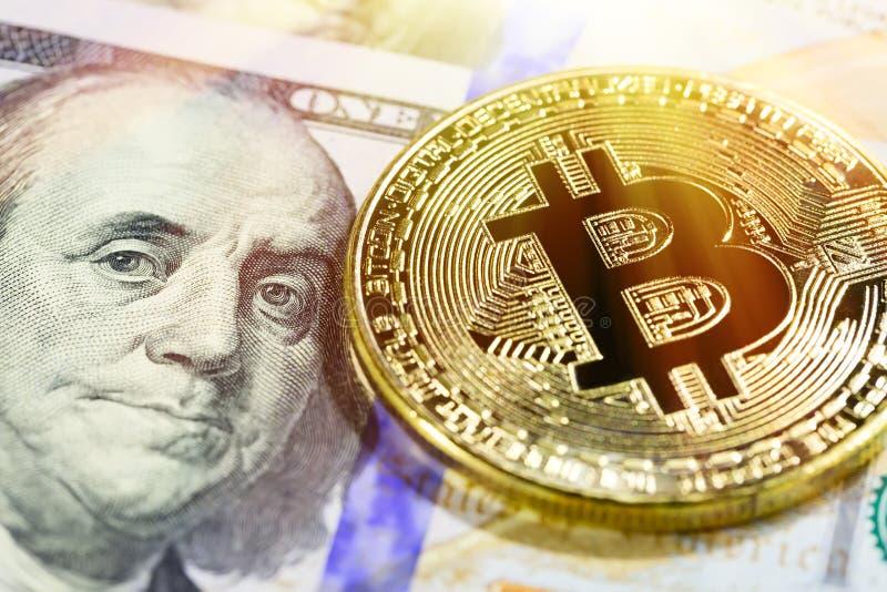 Χρυσό bitcoin στο τραπεζογραμμάτιο 100 δολαρίων Κλείστε επάνω την εικόνα με την εκλεκτική εστίαση Έννοια Cryptocurrency στοκ εικόνα