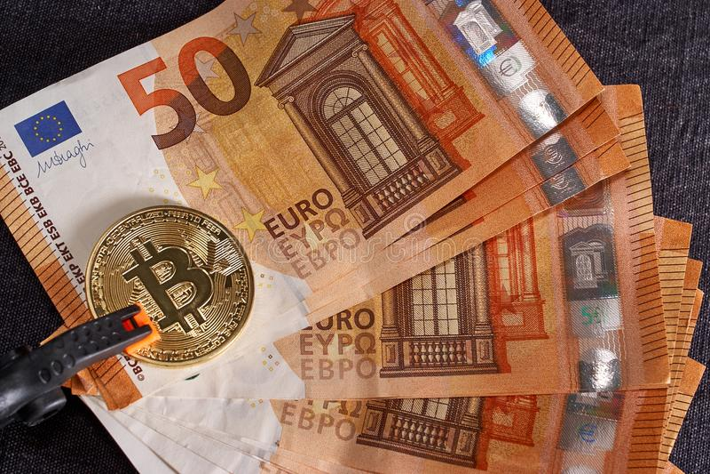 Χρυσό bitcoin υπόβαθρο πενήντα στο ευρο- τραπεζογραμματίων Crypto Bitcoin νόμισμα, τεχνολογία Blockchain, ψηφιακά χρήματα, να εξα στοκ εικόνες