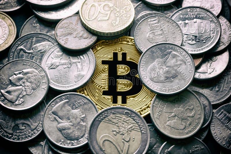 Χρυσό Bitcoin BTC που περιβάλλεται από τα νομίσματα από τις διάφορες χώρες, ΗΠΑ, Ρωσία, ευρο- στοκ φωτογραφίες με δικαίωμα ελεύθερης χρήσης