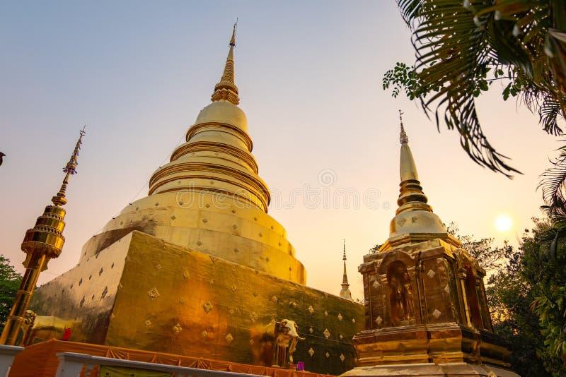 Χρυσό pagada στον παλαιό ναό στοκ εικόνες