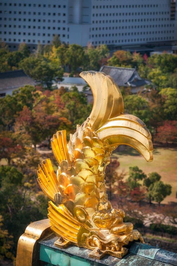 Χρυσό Shachi - γλυπτική λεπτομέρεια στις γωνίες της στέγης στην Οζάκα Castle στην Ιαπωνία στοκ φωτογραφίες με δικαίωμα ελεύθερης χρήσης